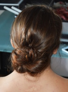 Le chignon bas simple et efficace